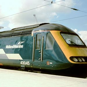 In the newer MML colours, 43045 stands where Eurostars now wait in Platform 11, under temporary use during the rebuilding work.  (Aug 2004)
