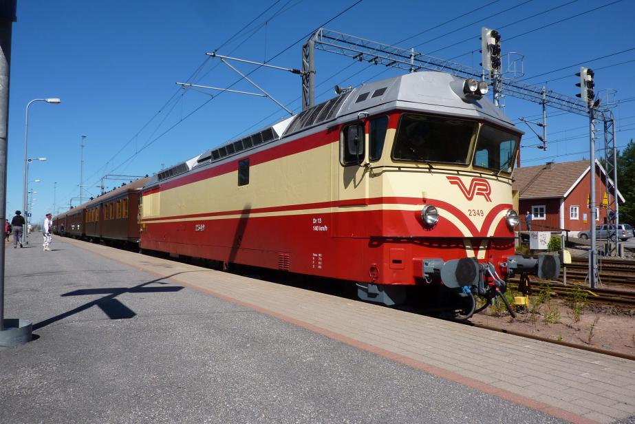 Finnish railway museum train driven by Dr13 with engine 2 × MGO V16 BSHR, bogies C'C'